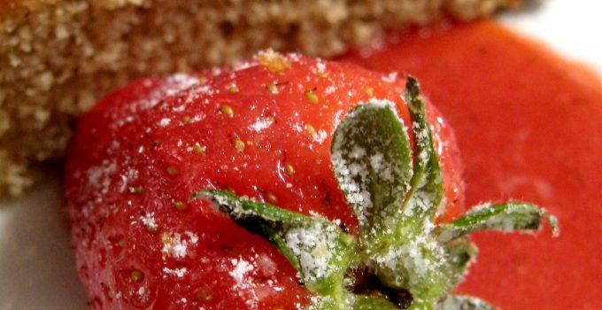 Torta morbida al pistacchio con salsa di fragole