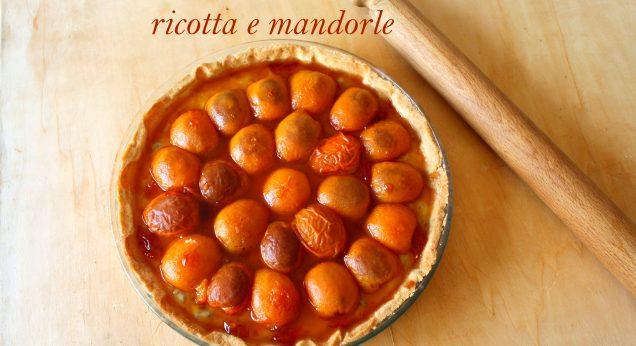 Crostata con albicocche caramellate ricotta e mandorle