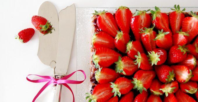 Torta morbida di fragole con confettura di frutti di bosco
