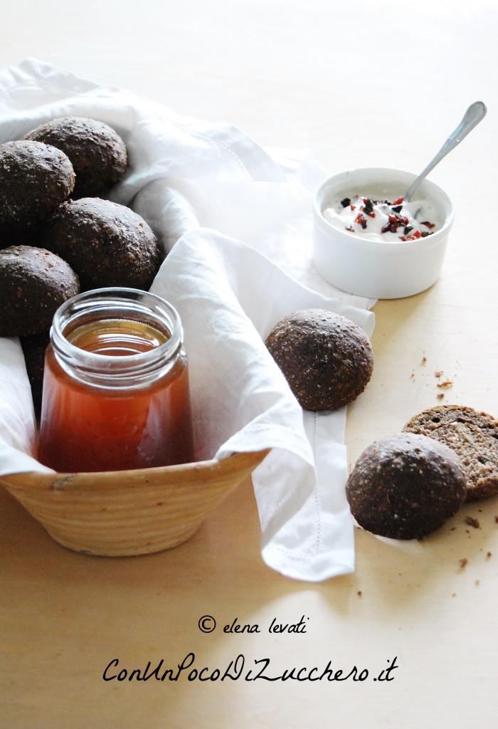 Pane nero con fichi secchi, uvetta e noci
