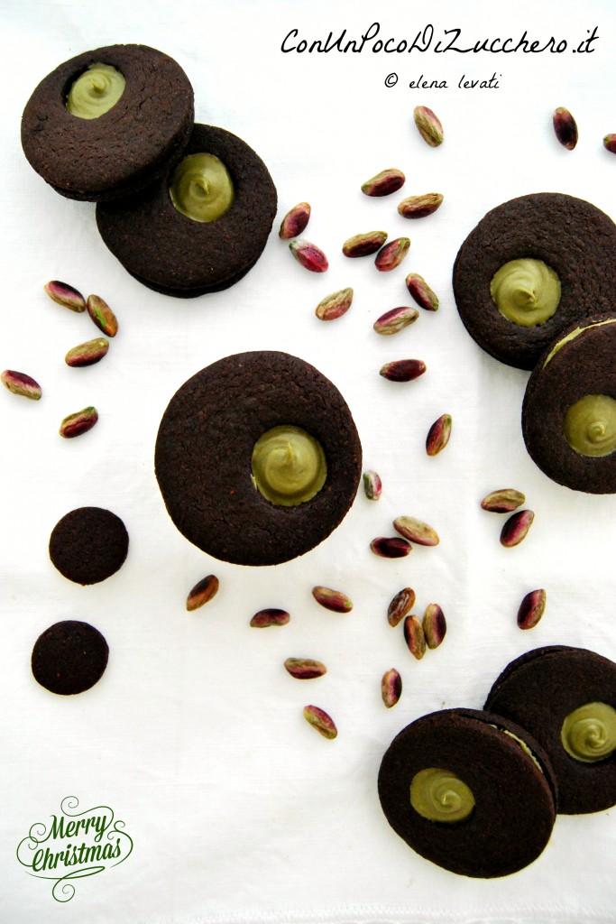 Biscotti al cacao farciti con crema al pistacchio 1