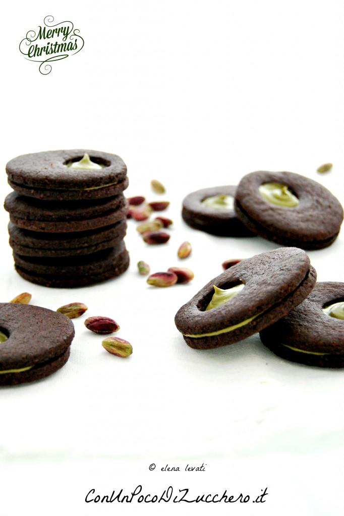 Biscotti al cacao farciti con crema al pistacchio 3